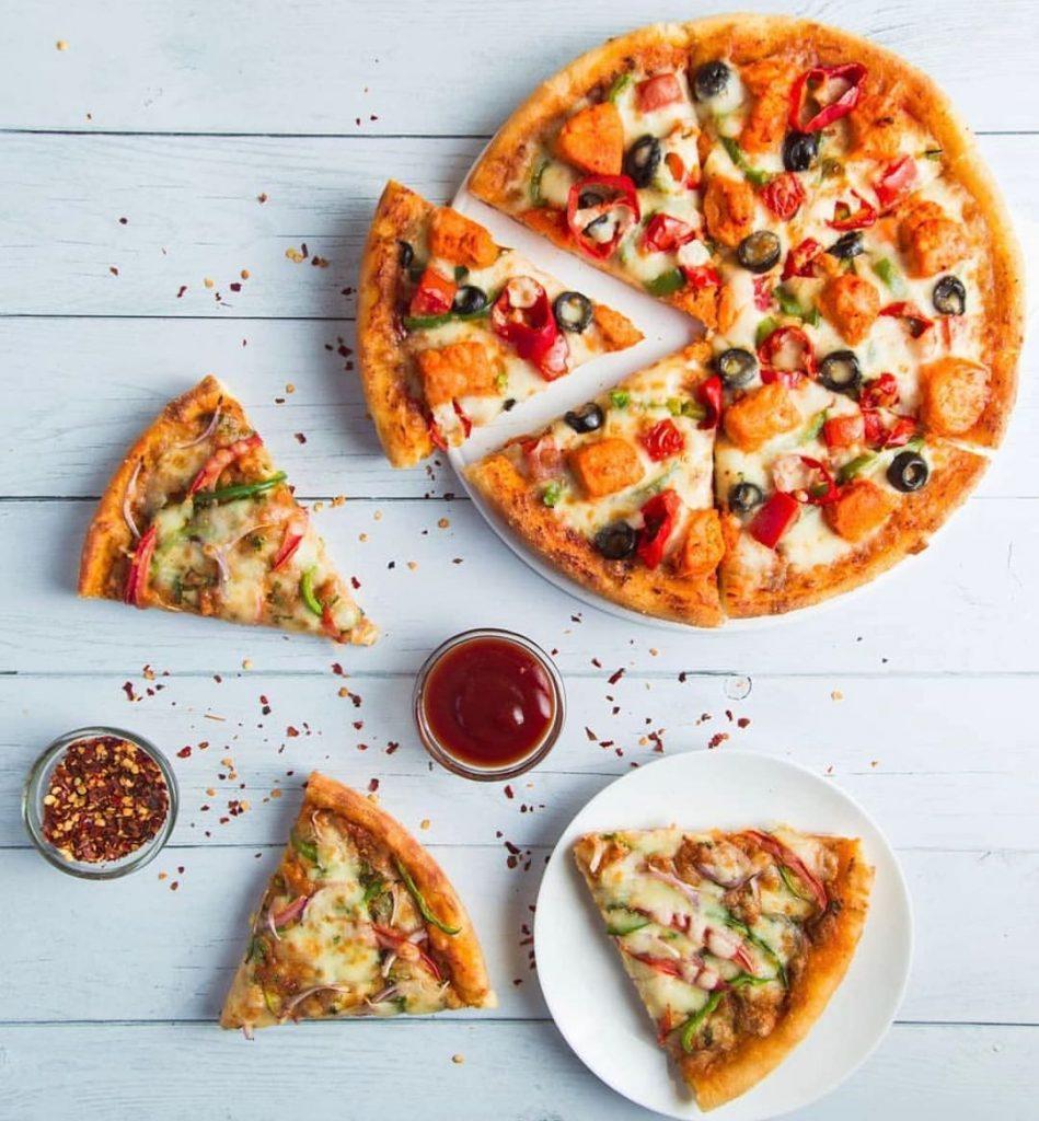 طرز تهیه پیتزا قارچ و سوسیس در فر